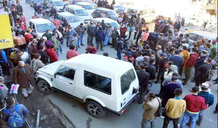 Theog में पुलिस ने पीटा युवक, गुस्साए लोगों ने दो घंटे किया चक्का जाम- मांगी कार्रवाई