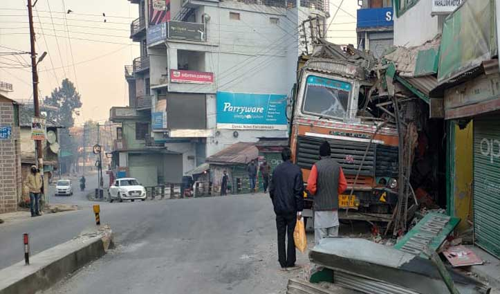 तेज रफ्तार का कहरः पहले Tempo Traveler को टक्कर मारी फिर होटल में जा घुसा Truck