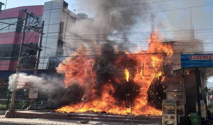 हल्द्वानी में #BlackBerry के शोरूम में भीषण आग से करोड़ों का नुकसान