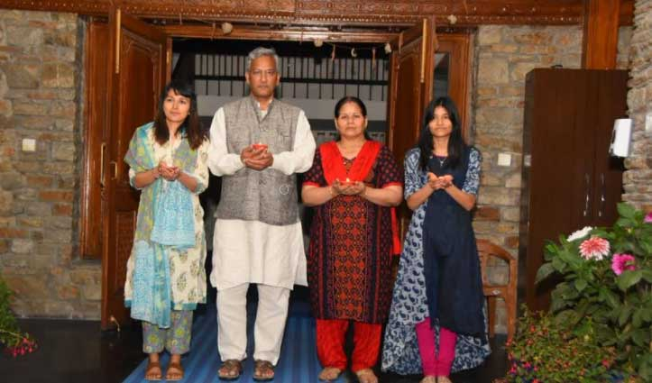 Uttarakhand : सीएम त्रिवेंद्र रावत की पत्नी-बेटी भी #Corona_Positive, परिवार सहित आइसोलेट
