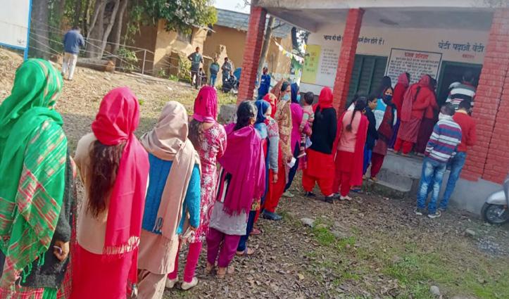 Himachal Panchayat Election: ठंड के बीच सुबह मतदान करने पहुंचे लोग, लग गई कतारें