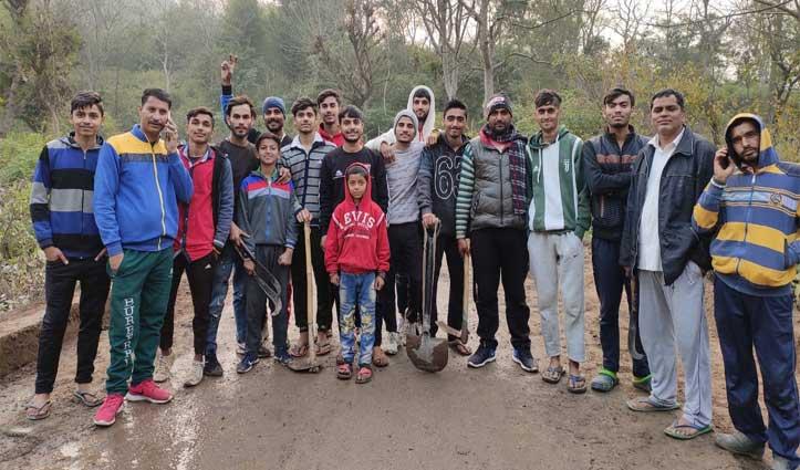 Haripur: बासा के युवाओं ने पेश की मिसाल, PWD की नहीं देखी राह-खुद उठाया बेलचा