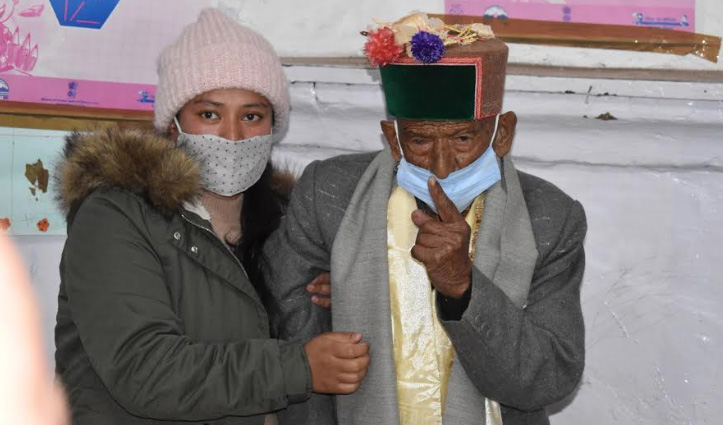 देश के पहले मतदाता Shyam Saran Negi ने हिमाचल के कल्पा में डाला वोट