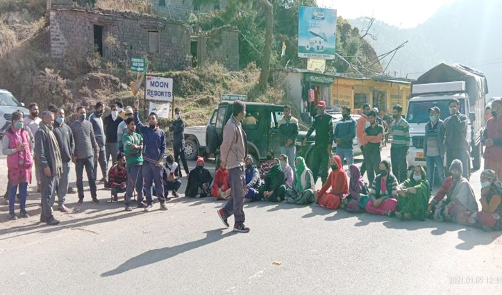 Sirmaur: पेयजल संकट को लेकर ग्रामीणों की नारेबाजी, डेढ़ घंटे NH जाम