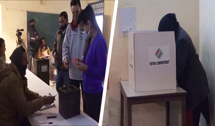 #Panchayat Election: दूसरे चरण के लिए डाले जा रहे वोट, मतदान केंद्रों के बाहर लगी कतारें