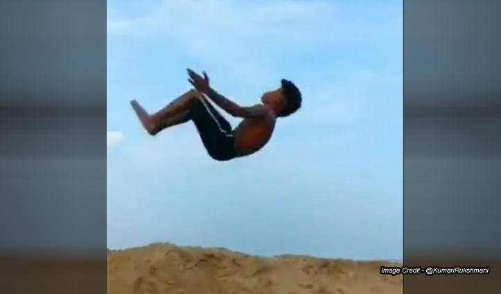 Viral Video : इस बच्चे ने हवा में दिखाई ऐसी कलाबाजियां, देखते रह गए लोग