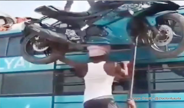 सिर पर उठा ली 150 किलो की बाइक, Video देख हर कोई हैरान, लोग कह रहे 'रियल बाहुबली'