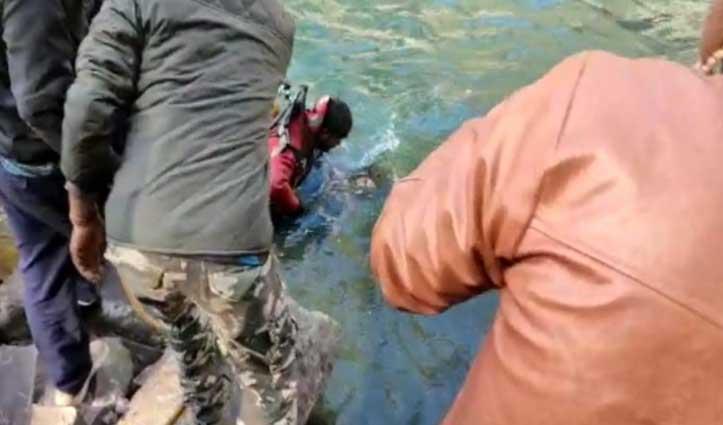 सेल्फी लेते #Kullu की पार्वती नदी में डूबे मेरठ के पर्यटक का शव बरामद