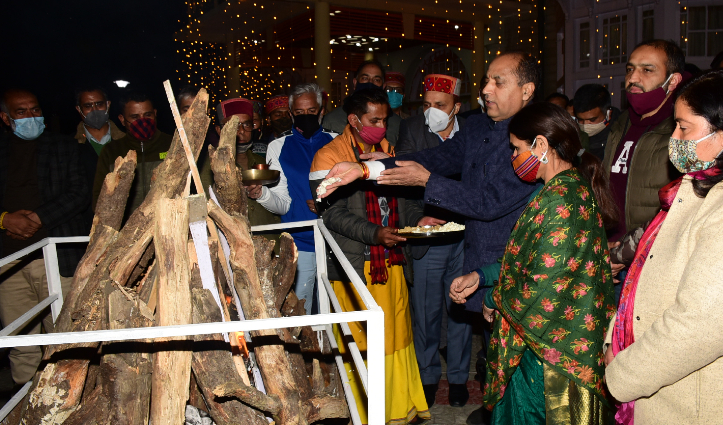 CM Jai ram Thakur ने ओक ओवर में मनाई लोहड़ी, प्रदेशवासियों की खुशहाली मांगी