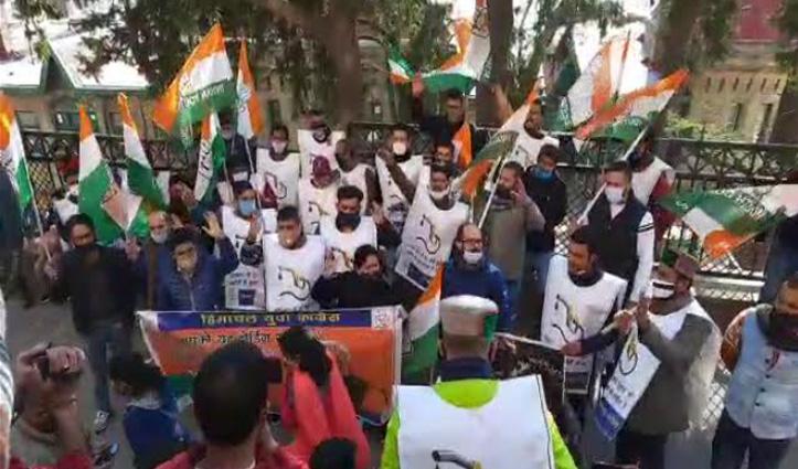 Shimla में महंगाई के खिलाफ युवा कांग्रेस का हल्ला, निकाली रोष रैली