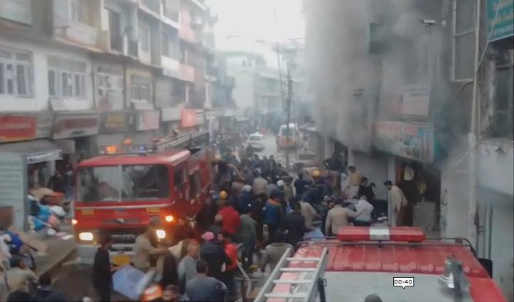 Solan : मालरोड पर बिल्डिंग में लगी भीषण आग, धमाकों से दहला पूरा बाजार