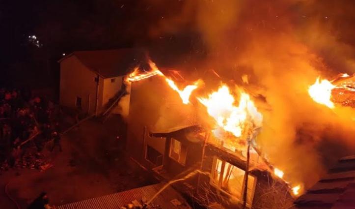 #Kullu: अढ़ाई मंजिला लकड़ी के मकान में लगी आग, 16 कमरे राख- करोड़ों का नुकसान