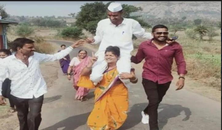 #PanchayatElection में जीता पति तो खुशी के मारे पत्नी ने कंधे पर बिठाकर पूरे गांव में घुमाया