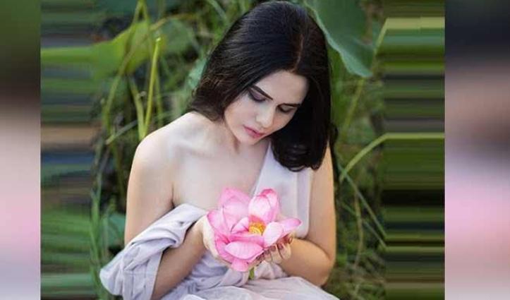 फूल के साथ PhotoShoot इस मॉडल को पड़ गया भारी, जानिए पूरी कहानी