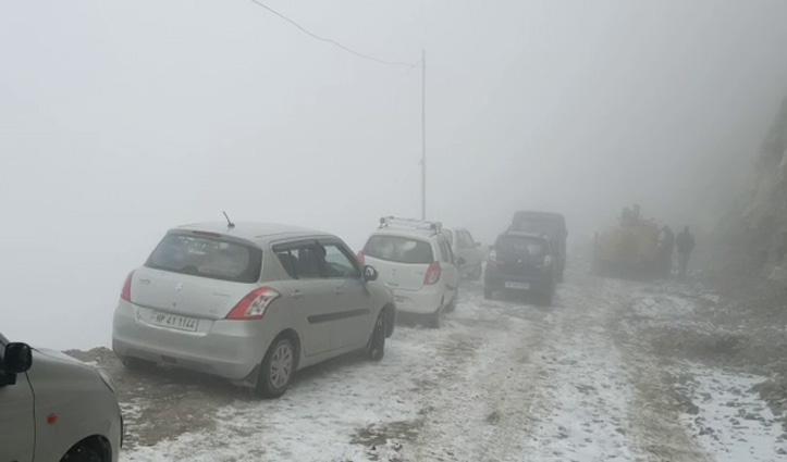 किन्नौर में गिरी चट्टानें, कई वाहन फंसे-सैकड़ों लोगों की जान आफत में