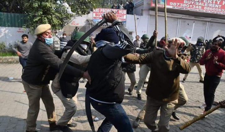 Singhu Border पर बवाल : किसानों-स्थानीय लोगों के बीच पत्थरबाजी, दो SHO पर तलवार से हमला