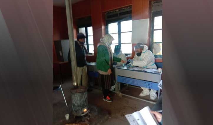 Panchayat Election:माइनस 7 डिग्री तापमान में काजा में वोट डालने पहुंचे लोग