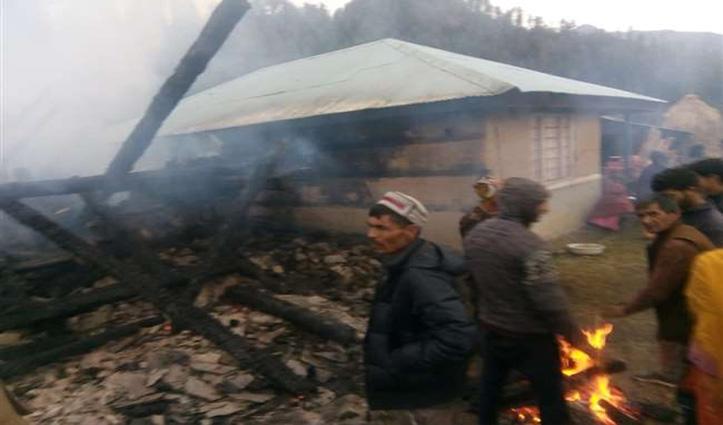 Mandi: चौहारघाटी में आग का तांडव, रिहायशी मकान और गौशाला जलकर राख- 9 मवेशी जिंदा जले