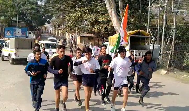 सड़क सुरक्षा का संदेश लेकर हरिपुरधार से 90 किमी दौड़कर नाहन पहुंचे पैरा एथलीट वीरेंद्र