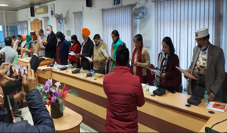 Himachal: पंचायत प्रतिनिधियों, जिला परिषद और पंचायत समिति सदस्यों ने ली शपथ