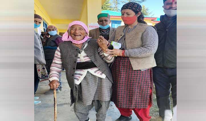 Panchayat Election:परिजनों के सहारे वोट डालने पहुंचे बुजुर्ग