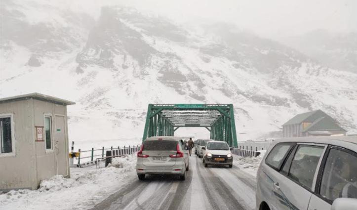 हिमाचल में #Snowfall : पुलिस ने Atal Tunnel से मनाली लौटाए एक हज़ार सैलानी