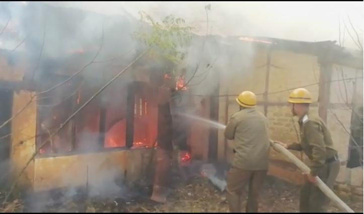Solan में जला सौ साल पुराना भवन, Bilaspur में घर के ऊपर बने मंदिर में लगी आग
