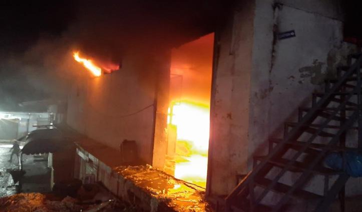 Parwanoo में रैपर बनाने वाली फैक्टरी के गोदाम में लगी आग, लाखों का नुकसान