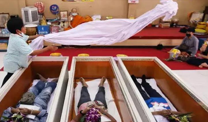 Thailand के इस मंदिर में ताबूत में जिंदा लेटते हैं लोग, जानिए क्या है वजह