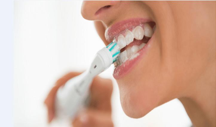 अगर आप भी करते हैं  दांतों को रगड़-रगड़ कर ब्रश तो ये खबर जरूर पढ़े