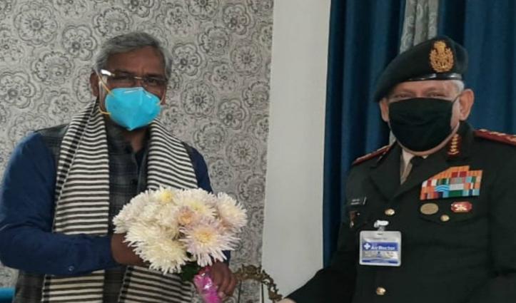 दिल्ली में स्वास्थ्य लाभ ले रहे उत्तराखंड के CM त्रिवेंद्र सिंह का हाल जानने पहुंचे CDS विपिन रावत