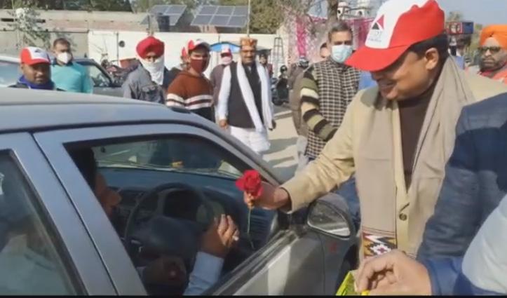 Himachal : मंत्री जी ने बीच सड़क वाहन चालकों को दिए फूल और टॉफियां, जाने क्या है कारण