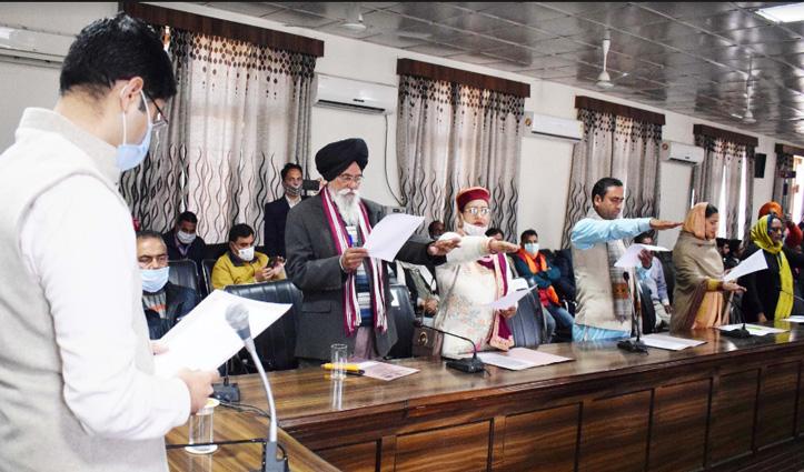 Oath Ceremony: दलगत राजनीति से ऊपर उठकर लोगों की सेवा करने का किया आह्वान