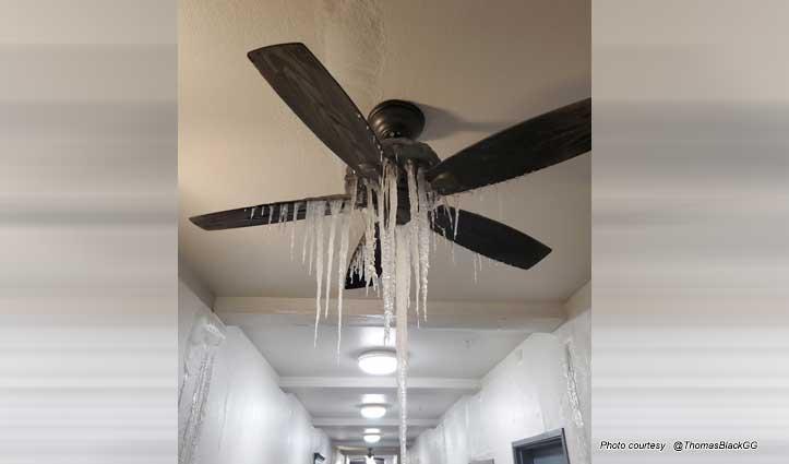 टेक्सास के घरों में पंखों पर भी लटक गई बर्फ, पानी-बिजली का नया संकट