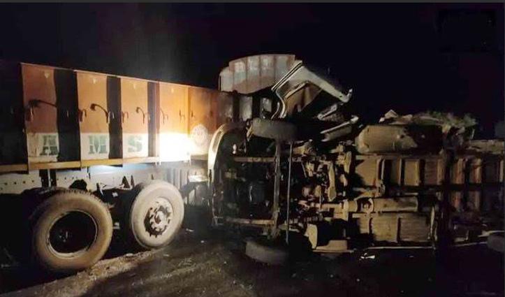 आंध्र प्रदेश : बस-ट्रक के बीच भीषण टक्कर, 8 महिलाओं व एक मासूम समेत 14 की मौत