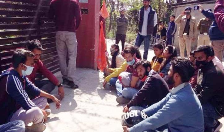 CU के सभी कैंपस दो मार्च तक बंद, रजिस्ट्रार के घर धरना देने पहुंचे ABVP कार्यकर्ता