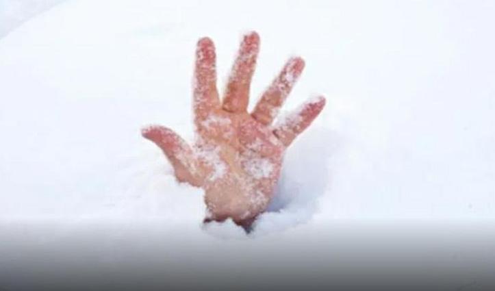 Himachal : इस जिला में पशुओं को चराने गया व्यक्ति बर्फ के नीचे दबा, गई जान