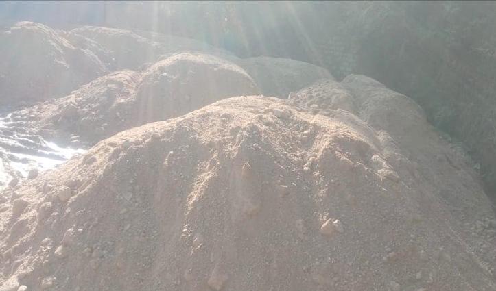 चैलचौक सब्जी मंडी में अनाज की जगह लगे हैं पाइपों और रेत के ढेर, चारों ओर कीचड़