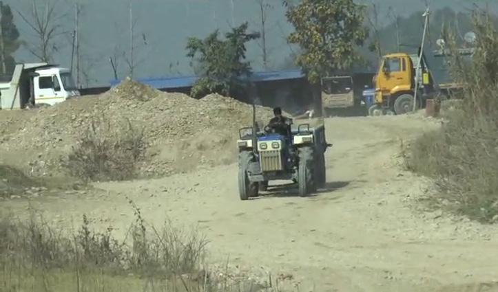 हमीरपुर की शुक्कर खड्ड में अवैध खननः  पानी का जलस्तर गिरा, पुल की नींव भी खतरे में