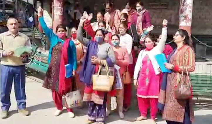 नियुक्ति का इंतजार कर रही नर्सरी अध्यापिकाओं ने हमीरपुर में किया प्रदर्शन