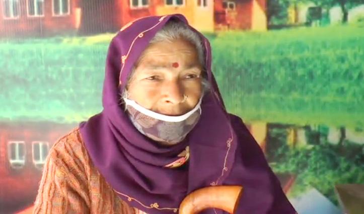 Video:बूढी मां को बेटा आंगन में घीसटकर मारता है, जमीन जायदाद का है मसला