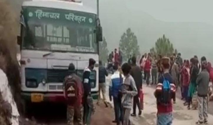 चलती HRTC बस का टूटा पट्टा, पहाड़ी से टकराई-48 यात्री थे सवार
