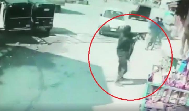 #Srinagar बाराजुल्ला में बीच बाजार में आतंकी ने पुलिस जवान को मारी गोली, Video Viral