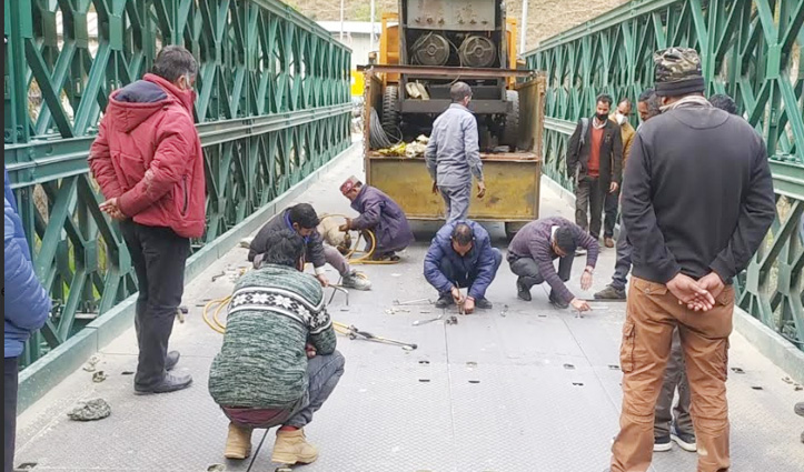 Kullu में औट-लुहरी 305 नेशनल हाईवे पर धामन पुल क्षतिग्रस्त, यातायात ठप