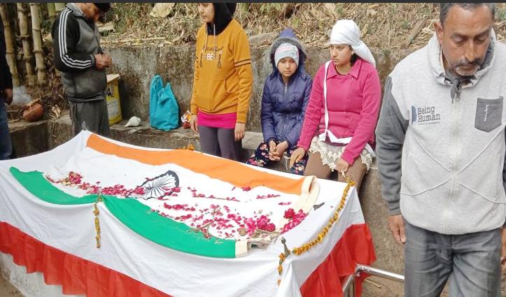 Himachal : सैनिक का राजकीय सम्मान से अंतिम संस्कार, तीन बेटियों ने दी मुख्याग्नि