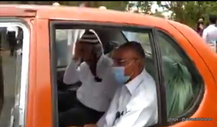 दो बुजुर्गों की गजब सवारी : पीछे से देखने को तो है ये कार, आगे से देखो तो है ये बैलगाड़ी