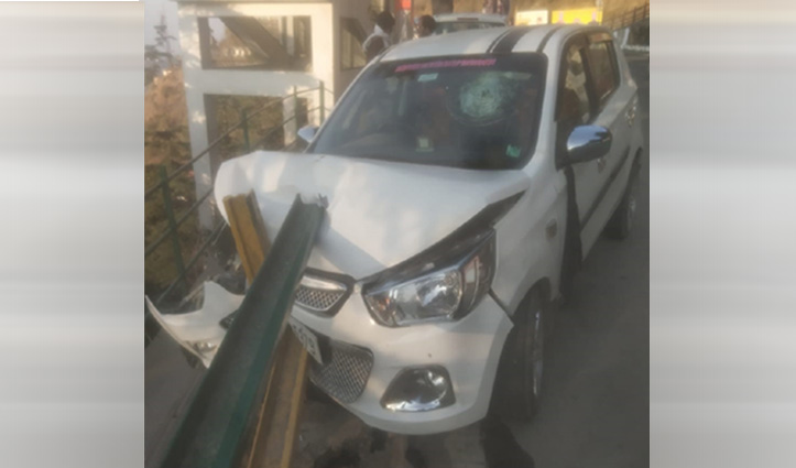 रेलिंग से जा टकराई कार