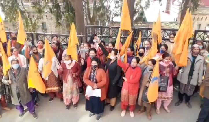 शिमला में डीसी ऑफिस के बाहर आंगनबाड़ी कार्यकर्ताओं व सहायिकाओं का प्रदर्शन