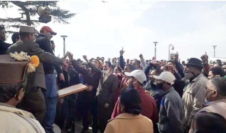 Shimla : आउटसोर्स पर भर्तियों को लेकर सचिवालय के बाहर गरजे चतुर्थ श्रेणी कर्मचारी