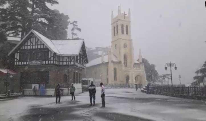 शिमला में चार इंच बर्फबारीः  सड़कों पर फिसले वाहन, कई मार्ग बंद